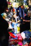 第比利斯,乔治亚- 2016年10月08日, :在干燥桥梁跳蚤市场上的一位未认出的卖主在第比利斯卖苏联徽章和象,关于 免版税库存图片