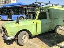第比利斯,乔治亚- 2018年5月17日:一辆老汽车停放了在一个公共汽车站在城市 免版税库存照片