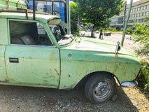第比利斯,乔治亚- 2018年5月17日:一辆老汽车停放了在一个公共汽车站在城市 库存图片