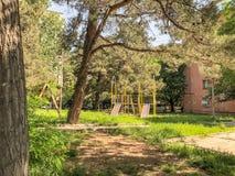 第比利斯,乔治亚- - 2018年5月17日:儿童比赛的` s操场 铁建筑在庭院里 库存图片