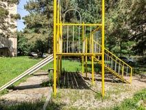 第比利斯,乔治亚- - 2018年5月17日:儿童比赛的` s操场 铁建筑在庭院里 免版税库存图片