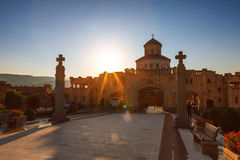 第比利斯,乔治亚- 2016年10月8日:在主要门入口的日落对圣洁第比利斯Sameba的大教堂的视图和十字架 免版税库存照片