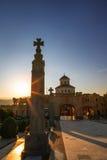 第比利斯,乔治亚- 2016年10月8日:在主要门入口的日落对圣洁第比利斯Sameba的大教堂的视图和十字架 免版税库存图片
