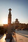 第比利斯,乔治亚- 2016年10月8日:在主要门入口的日落对圣洁第比利斯Sameba的大教堂的视图和十字架 库存照片
