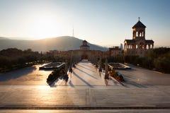 第比利斯,乔治亚- 2016年10月8日:在主要门入口,十字架,对第比利斯Sameba大教堂的钟楼的日落视图 免版税图库摄影