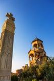 第比利斯,乔治亚- 2016年10月8日:独立响铃塔和十字架第比利斯Sameba大教堂三位一体最大正统 免版税图库摄影