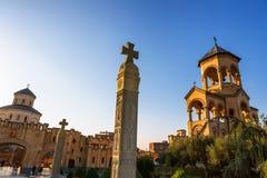 第比利斯,乔治亚- 2016年10月8日:独立响铃塔和十字架第比利斯Sameba大教堂三位一体最大正统 库存照片