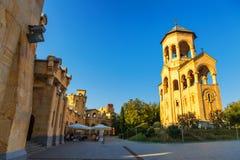 第比利斯,乔治亚- 2016年10月8日:独立响铃塔和十字架第比利斯Sameba大教堂三位一体最大正统 库存图片