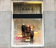 第比利斯,乔治亚- 2017年11月24日:看法通过商店窗口 与人` s衣裳的商店窗口 库存照片