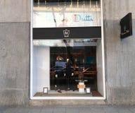 第比利斯,乔治亚- 2017年11月24日:看法通过商店窗口 与人` s衣裳的商店窗口 免版税库存图片