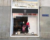 第比利斯,乔治亚- 2017年11月24日:看法通过商店窗口 与妇女` s衣裳的商店窗口 免版税库存图片