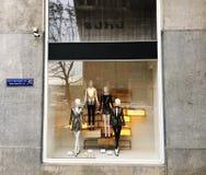 第比利斯,乔治亚- 2017年11月24日:看法通过商店窗口 与妇女` s衣裳的商店窗口 免版税库存照片