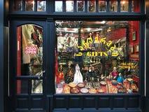 第比利斯,乔治亚- 2017年11月26日:看法通过商店窗口 纪念品传统市场在第比利斯 免版税库存图片