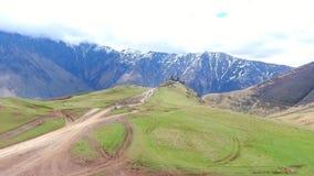 第比利斯,乔治亚- 2018年5月26日:空中录影美好的山风景夏日 股票录像