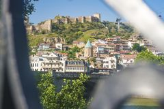 第比利斯,乔治亚- 2018年7月2日:第比利斯看法在一个晴天通过桥梁的栏杆 图库摄影