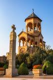 第比利斯,乔治亚- 2016年10月8日:第比利斯Sameba大教堂的三位一体独立响铃塔和十字架最大 免版税库存照片