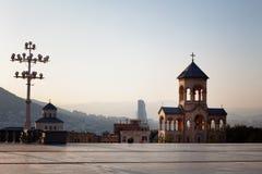 第比利斯,乔治亚- 2016年10月8日:第比利斯Sameba大教堂的三位一体独立响铃塔和十字架最大 图库摄影
