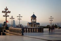 第比利斯,乔治亚- 2016年10月8日:第比利斯Sameba大教堂的三位一体独立响铃塔和十字架最大 免版税库存图片