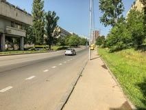第比利斯,乔治亚- - 2018年5月17日:老大厦的看法 汽车堵塞公路交通 春天在城市 免版税库存图片