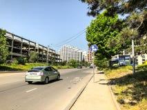 第比利斯,乔治亚- - 2018年5月17日:路在城市,在路的汽车 城市在春天 图库摄影