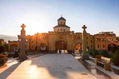 第比利斯,乔治亚- 2016年10月8日:在主要门入口的日落对最大第比利斯Sameba大教堂的三位一体的视图和十字架 图库摄影