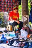 第比利斯,乔治亚- 2016年10月08日, :在干燥桥梁跳蚤市场上的一位未认出的rastafari卖主在第比利斯卖苏维埃 免版税库存图片