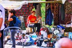 第比利斯,乔治亚- 2016年10月08日, :在干燥桥梁跳蚤市场上的一位未认出的rastafari卖主在第比利斯卖苏维埃 库存图片