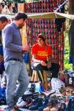 第比利斯,乔治亚- 2016年10月08日, :在干燥桥梁跳蚤市场上的一位未认出的rastafari卖主在第比利斯卖苏维埃 图库摄影