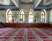第比利斯,乔治亚- 2015年8月06日:Jumah星期五清真寺内部,装饰用从古兰经和植物群的阿拉伯题字 库存图片