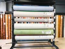 第比利斯, GEORGIA-APRIL 09日2018年:修理设备、另外颜色和大小亚麻油地毡在商店在第比利斯,乔治亚 免版税图库摄影