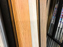 第比利斯, GEORGIA-APRIL 09日2018年:另外色的木材料在市场商店在第比利斯,乔治亚 库存图片