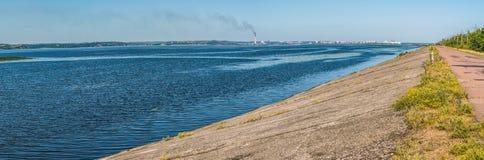 第聂伯河的全景流程的在市基辅下 图库摄影
