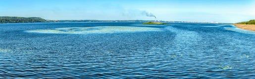 第聂伯河的全景流程的在市基辅下 免版税库存照片