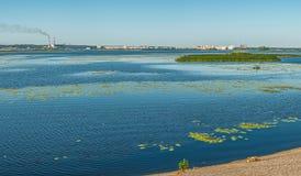 第聂伯河的全景流程的在市基辅下 免版税库存图片