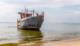 第聂伯河的,东欧渔场 老渔拖网渔船和水手 库存照片