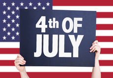第4与美国国旗的7月卡片在背景 库存照片