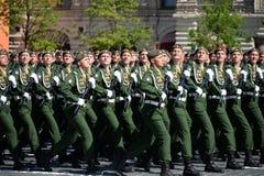 第38个分开的铁路旅团的军人在游行期间的在红场以纪念胜利天 库存图片