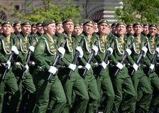 第38个分开的铁路旅团的军人在游行期间的在红场以纪念胜利天 图库摄影