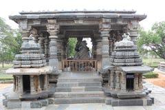 第7个最大的整体楠迪雕象和它的mandap在hoysaleswara寺庙 库存照片