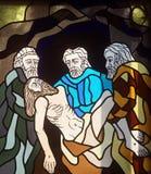 第14个苦路,耶稣在坟茔在香火被放置并且被盖 免版税图库摄影