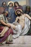 第14个苦路,耶稣在坟茔在香火被放置并且被盖 库存照片