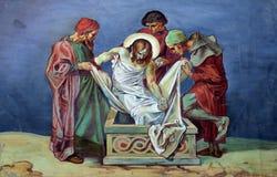 第14个苦路,耶稣在坟茔在香火被放置并且被盖 库存图片