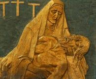 第13个苦路,耶稣身体从十字架被去除 免版税库存图片