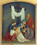 第13个苦路,耶稣身体从十字架被去除 免版税库存照片