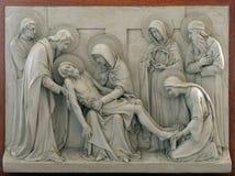 第13个苦路,耶稣`身体从十字架被去除 库存照片
