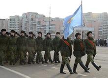 第2个莫斯科军校学生军团的军校学生为在红场的11月7日游行做准备 免版税库存图片