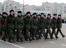 第2个莫斯科军校学生军团的军校学生为在红场的11月7日游行做准备 免版税库存照片