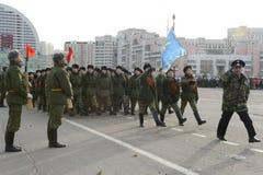 第2个莫斯科军校学生军团的军校学生为在红场的11月7日游行做准备 库存图片