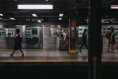 第14个街道驻地地铁平台的人们在纽约,美国 免版税库存图片