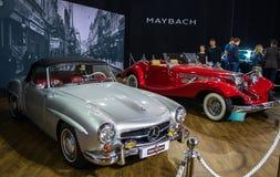第54个贝尔格莱德国际汽车和汽车展示会的葡萄酒减速火箭的汽车奔驰车190SL跑车 免版税库存照片